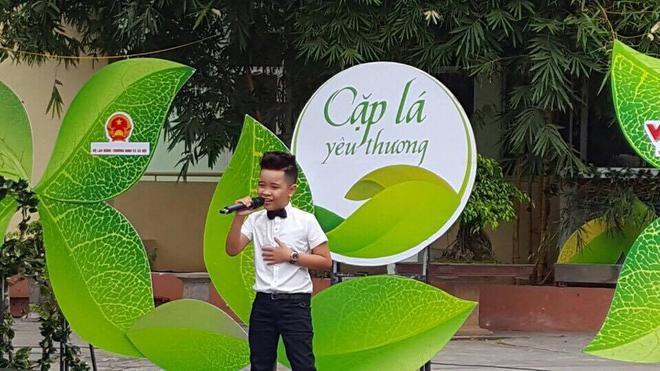 Nhật Minh không quên biểu diễn ca khúc Dịu ngọt tình yêu thương dành tặng các khán giả.