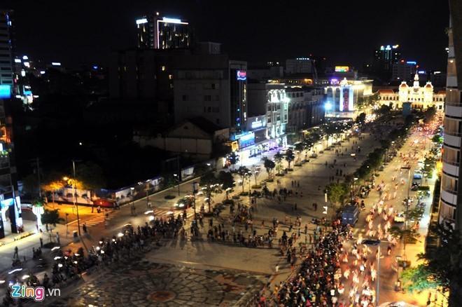 Lang thang phố đi bộ Nguyễn Huệ, cảm nhận không khí của năm mới, tham gia tiệc đếm ngược, tham gia trò chơi, chụp hình hay thưởng thức món ngon… có thể được giới trẻ lựa chọn nhiều. Ảnh: Lê Quân.