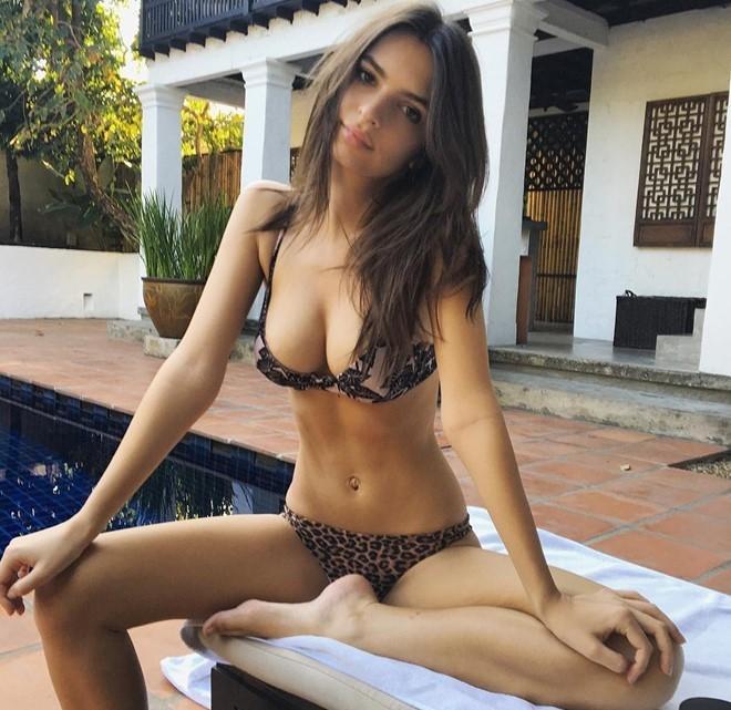 """Hình ảnh Emily trong bộ bikini da báo """"hờ hững"""" từng gây sốt trên Instagram cách đây không lâu. Khoảnh khắc này khiến số người ấn nút theo dõi cô tăng lên rất nhanh và hiện cán mốc 10,3 triệu."""