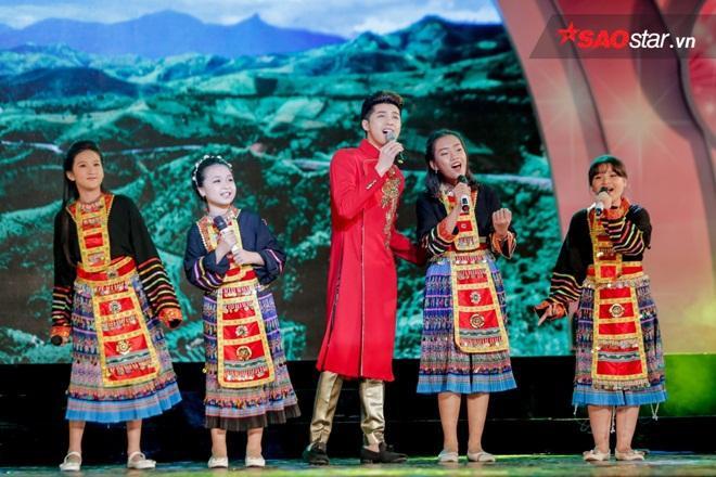 Noo Phước Thịnh xuất hiện cùng áo dài đỏ bên cạnh 4 học trò.