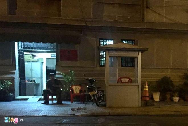 Chốt bảo vệ ngân hàng Nhà nước Việt Nam lắp trên vỉa hè đã được dựng lại sau khi tháo dỡ. Ảnh chụp tối 27/2:Lê Trai.