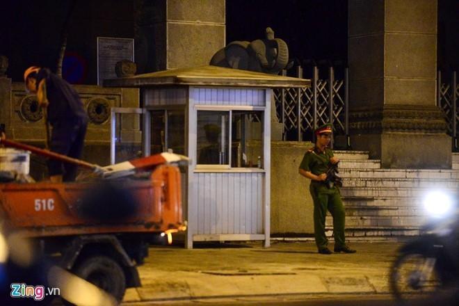 Quận 1 trả lại chốt bảo vệ trước Ngân hàng Nhà nước Việt Nam. Ảnh chụp lúc 22h30 ngày 27.2: Tùng Tin.