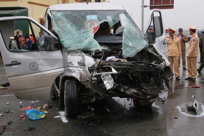 Phần đầu xe khách hư hỏng nặng sau vụ tai nạn.