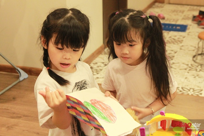 Miu ra dáng chị cả khi có công dạy em Moon học tiếng Anh từ ngày còn bé xíu.