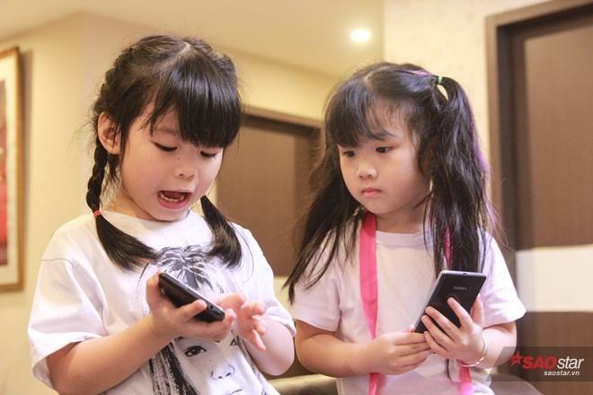 Cả Miu và Moon đều có ipad và smartphone riêng để giải trí kết hợp với việc học tiếng Anh.