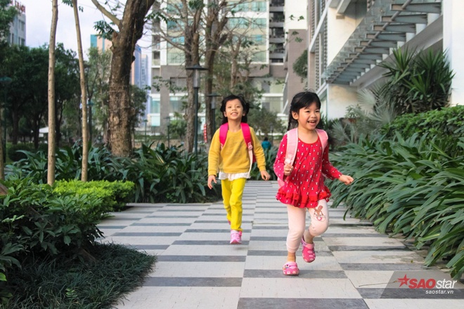 Sau giờ học, Miu thường chơi đùa ở sân chung cư với em gái và bạn bè.