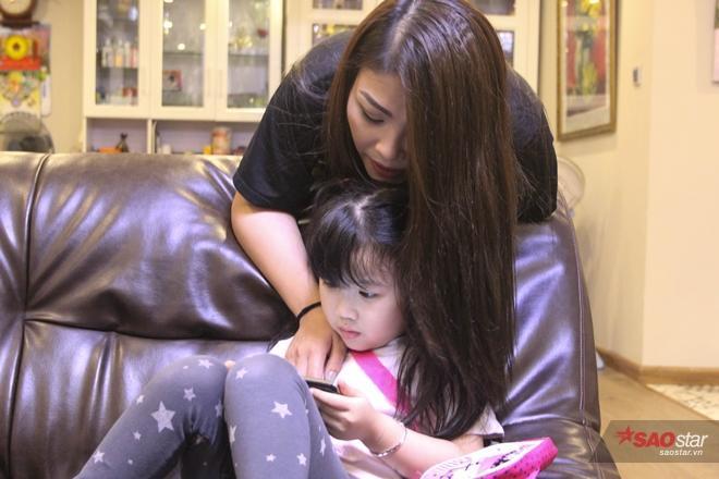 """Không để cho con tự """"bơi"""" giữa vô vàn thông tin trên mạng, chị Thủy Tiên vẫn thường xuyên kiểm tra và định hướng cho các con."""