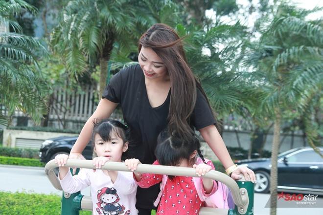 Vượt qua những định kiến, rào cản, chị Liêu Thủy Tiên đã thành công trong việc dạy song ngữ cho 2 cô con gái.