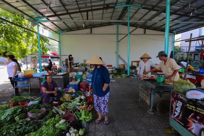 """Ở góc đường Kênh 19/5 – T1 (quận Tân Phú) có khu chợ nhỏ không tên. Mọi người thường quen gọi là chợ ông """"Năm Hấp"""". Những người bán trong chợ đều có tiền thân bán hàng rong vỉa hè."""