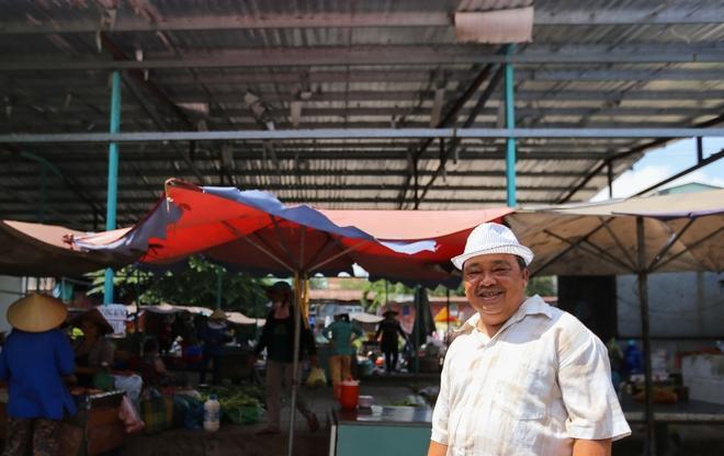 """Khu chợ do ông Lý Văn Hấp (70 tuổi, quận Tân Phú) mở ra. """"Chợ này do tôi dùng đất hương hỏa của gia đình mở ra vào năm 2009. Tôi gọi đây là chợ hàng rong, vì người bán nào cũng từng mưu sinh trên vỉa hè"""", ông """"Năm Hấp"""" – biệt danh thân thương mà mọi người dành cho ông – cười."""