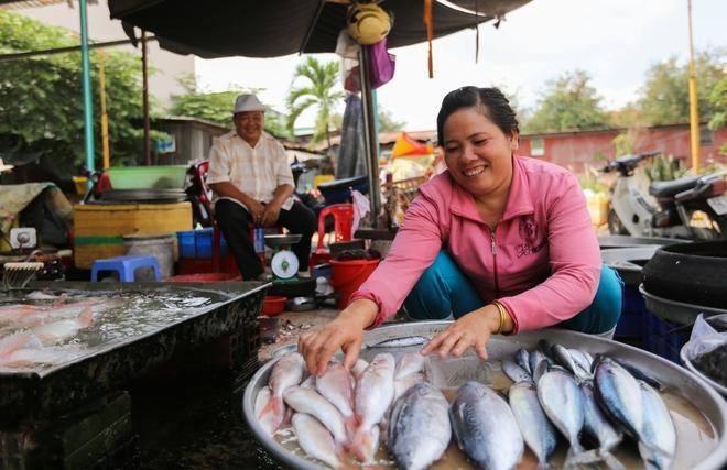 """Chị Ngô Thị Diệu (41 tuổi, quê Trà Vinh) nhờ bán cá nên đủ trang trải cho cả gia đình. """"Ngày xưa mấy lần bị phường đuổi đẩy mất cả vốn, bố Năm phải cho mượn tiện để buôn cá lại"""", chị nói. Ở khu chợ, các tiểu thương đều gọi ông Hấp với cái tên """"bố Năm""""."""