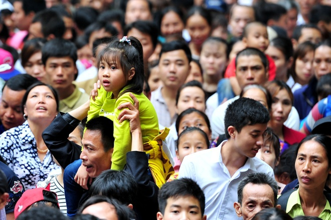 Một số gia đình có con nhỏ phải đội trẻ lên cao để lấy không khí thoáng, tránh cảnh ngộp thở từng xảy ra trong mùa lễ hội trước.