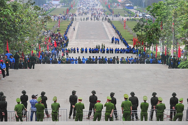 """Sau khi đoàn nghi lễ, đại biểu lên đền Thượng, lập tức an ninh, bộ đội, sinh viên tình nguyện tổ chức thành 5 vòng bảo vệ từ sân lễ hội đến chân núi Nghĩa Lĩnh, đề phòng lượng người xô lên quá đông dẫn đến """"vỡ trận""""."""