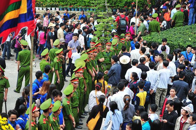 Khi khách từ sân lễ hội được lên đền thì dòng người từ phía ngã 5 đền Giếng bị chặn lại để tránh ùn ứ. Nhờ vậy, khoảng 7h40 dưới chân núi Nghĩa Lĩnh lượng khách vãn hẳn. Cùng thời điểm năm ngoái tại nơi này người chen kín đặc không thể nhúc nhích.