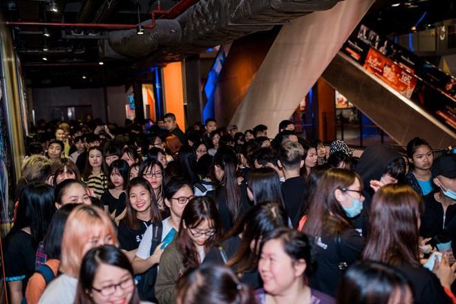 Fan Hà Nội xếp hàng dài chờ mua album của Sơn Tùng M-TP ảnh 1