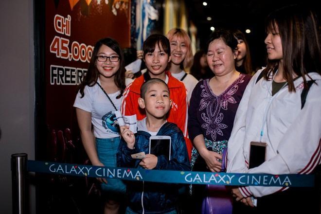 Fan Hà Nội xếp hàng dài chờ mua album của Sơn Tùng M-TP ảnh 2