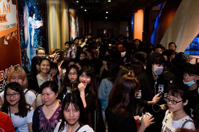Fan Hà thành xếp hàng dài chờ mua album của Sơn Tùng M-TP trong sáng 8/4.
