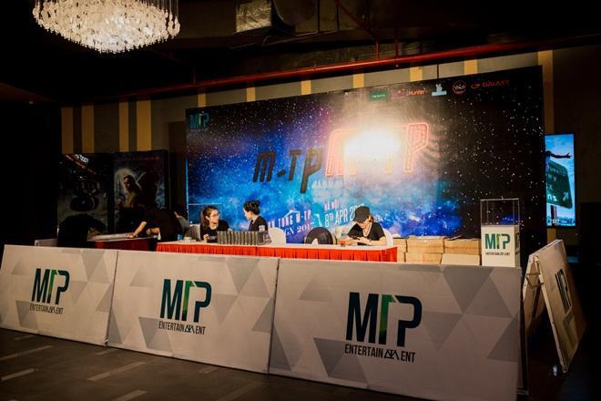 Fan Hà Nội xếp hàng dài chờ mua album của Sơn Tùng M-TP ảnh 3