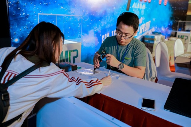 Fan Hà Nội xếp hàng dài chờ mua album của Sơn Tùng M-TP ảnh 5