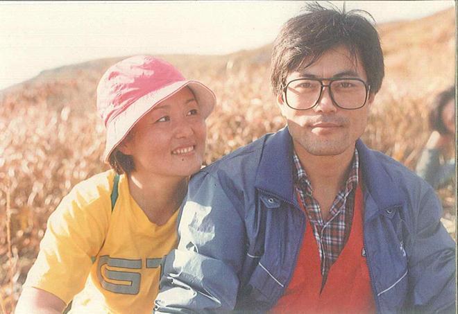 Moon Jae In (trái) và vợ Kim Jung Sook khi cả hai còn là sinh viên đại học. Tân Đệ nhất phu nhân Hàn Quốc Kim Jung Sook lần đầu gặp chồng tại Đại học Kyunghee ở Seoul vào những năm 1970. Khi đó, ông Moon Jae In đang theo học ngành luật trong khi bà Kim theo học ngành âm nhạc.TheoYonhap, một sinh viên khóa trên đã giới thiệu họ với nhau. Người này đã mô tả ông Moon có ngoại hình giống nam diễn viên người Pháp Alain Delon.Ảnh:Reuters.