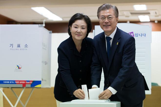 Ông Moon Jae In và vợ bỏ phiếu trong cuộc bầu cử tổng thống tại điểm bỏ phiếu ở Seoul, Hàn Quốc, ngày 9/5. Kim Jung Sook trở thành người ủng hộ, bạn đồng hành và cố vấn thân thiết nhất trong suốt sự nghiệp chính trị sóng gió của ông Moon với vai trò nhà hoạt động sinh viên, luật sư nhân quyền, trợ lý tổng thống và chính trị gia đảng đối lập. Ảnh: Bloomberg.