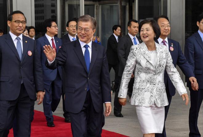 Ông Moon Jae In và phu nhân Kim Jung Sook đến dự lễ nhậm chức tổng thống tại Seoul, Hàn Quốc, ngày 10/5. Khi còn là sinh viên luật, ông Moon từng bị bắt giam 2 lần vì dẫn đầu các cuộc biểu tình vì dân chủ chống đối chính phủ. Ông cũng bị buộc phải nhập ngũ sau khi ra tù.Ảnh: Bloomberg.