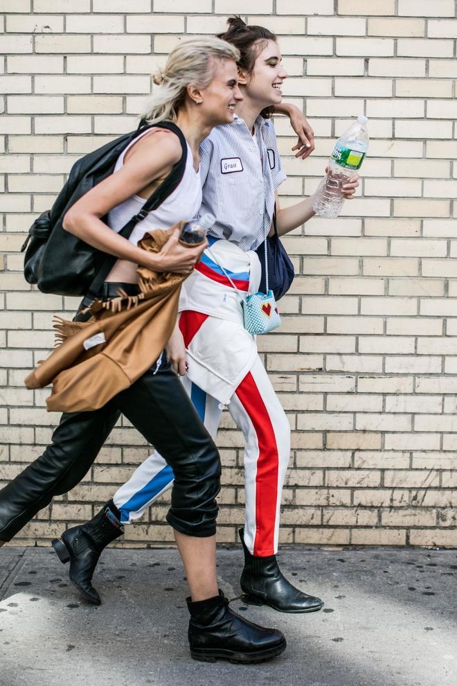 Quần ống rộng hơi hướm sporty đã hòa mình vào phong cách dạo phố chứ không đơn thuần là item phục vụ cho hoạt động thể thao hay đơn giản chỉ để mặc ở nhà.