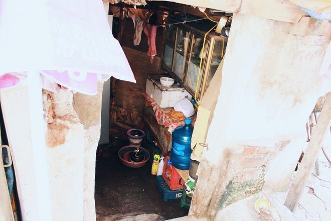 Phòng trọ ổ chuột hầm hập trong cái nóng thiêu đốt đến 40 độ C ở Hà Nội ảnh 4
