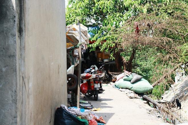 Phòng trọ ổ chuột hầm hập trong cái nóng thiêu đốt đến 40 độ C ở Hà Nội ảnh 5