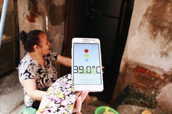 Trong khi đi lùi ra hiên nhà, nhiệt độ lập tức giảm xuống còn 39 độ.