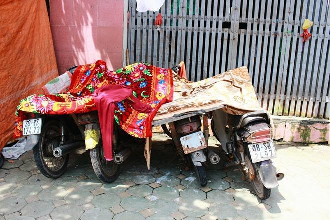Xe cộ phải phủ chăn nhung để tránh nắng.