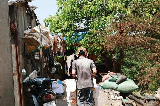 Phòng trọ ổ chuột hầm hập trong cái nóng thiêu đốt đến 40 độ C ở Hà Nội ảnh 21