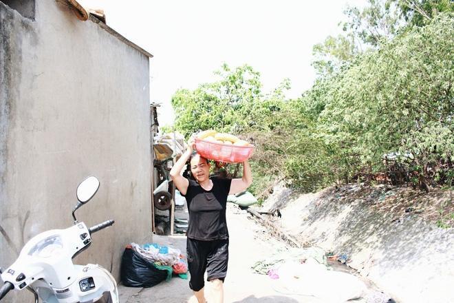 Cảnh lao động giữa thời tiết nắng nóng gay gắt của người dân ở xóm trọ gần chợ Long Biên.