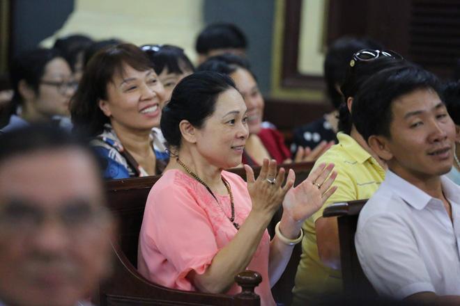 Mẹ Phương Nga và người thân nở nụ cười, vỗ tay khi tòa cho rằng lời khai của ông Mỹ có nhiều mâu thuẫn. Ảnh: Thời Đại