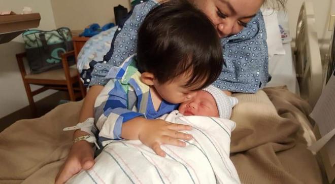 Con trai đầu lòng của Xuân Mai tỏ ra rất yêu thương em út…
