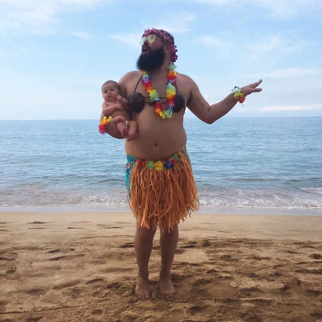 Lớn nhanh còn nhảy nhạc Hawaii cùng bố nào con gái.