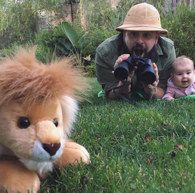 Chưa đủ tuổi để đi châu Phi thật thì ra bãi cỏ diễn tạm con nhé.