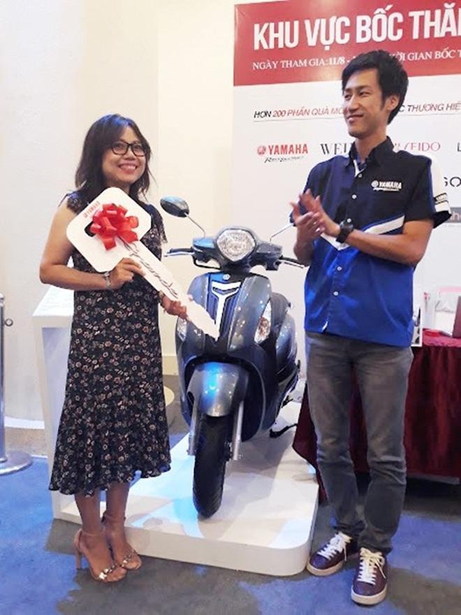 Chị Tố Trinh vui mừng nhận giải thưởng được trao từ đại diện nhãn hàng Yamaha.