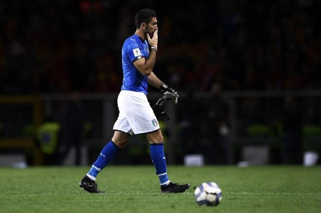 Thủ môn Buffon của Ý tỏ ra thất vọng sau trận hòa sáng nay.