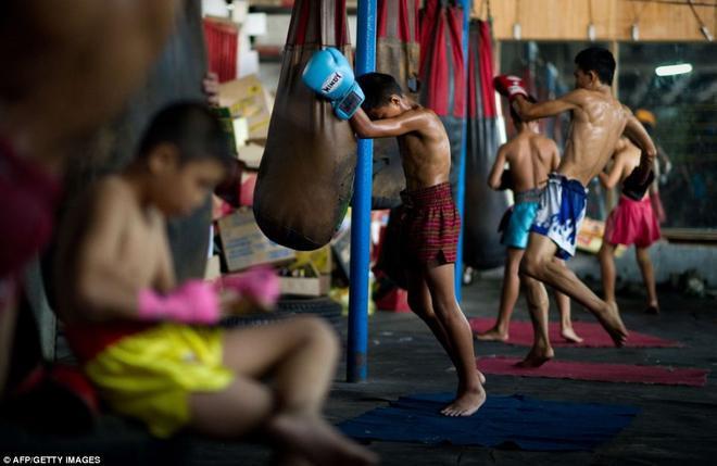 Các em thường không mặc đồ có lót bảo vệ khi tập luyện.
