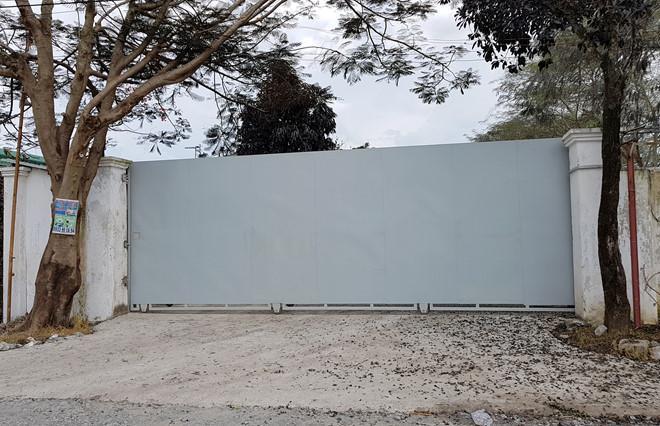 Cổng sau nơi xe bồn vào sang chiết khí NH3 được đóng kín. Ảnh:Lê Trai.