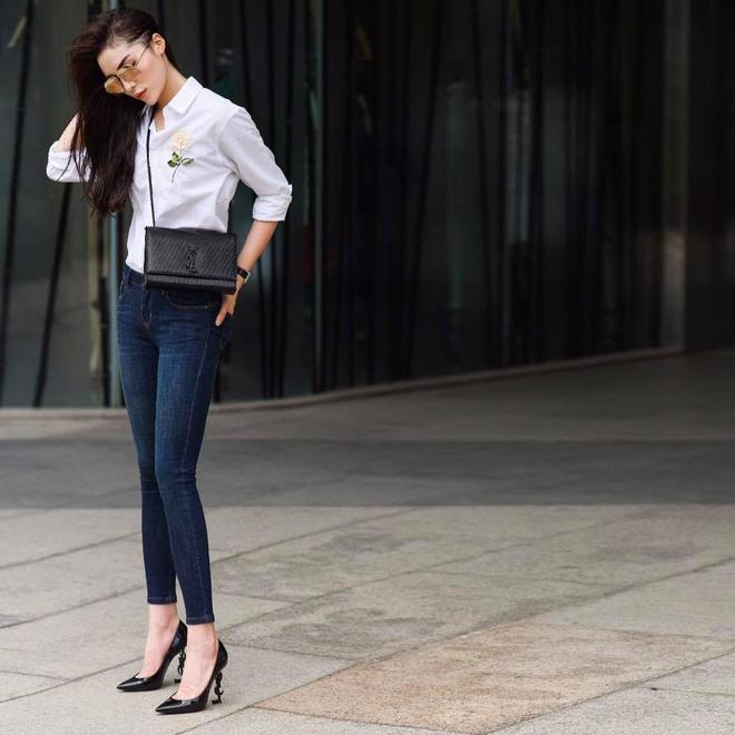 Công thức sơ-mi trắng mix cùng quần jean và giày cao gót chưa bao giờ lỗi nhịp. Chỉ diện đơn giản thế thôi nhưng Kỳ Duyên cực trẻ trung, đúng với lứa tuổi của mình.