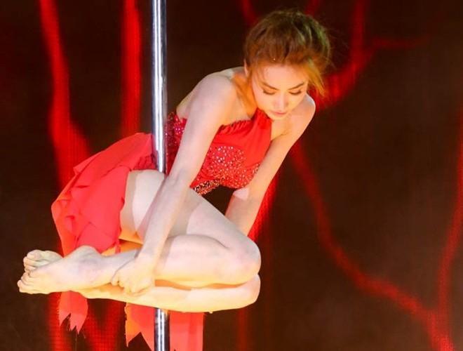 Diễn viên xinh đẹp Ngân Khánh cũng từng biểu diễn màn múa cột trong một cuộc thi khiêu vũ.