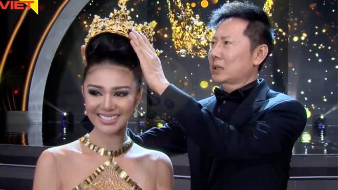 Hoa hậu bật khóc trong khoảnh khắc chuẩn bị trao lại vương miện.
