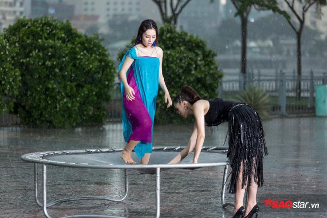 Kỳ Duyên lăn xả dưới mưa vì học trò.