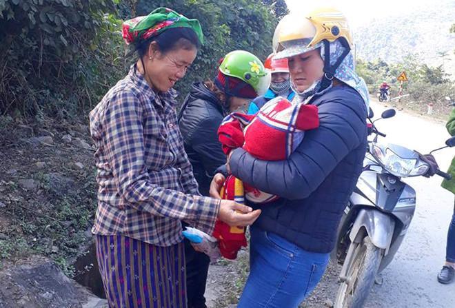 Bé gái ra đời trước sự ngỡ ngàng của các cô giáo. Ảnh:Nguyễn Châu.