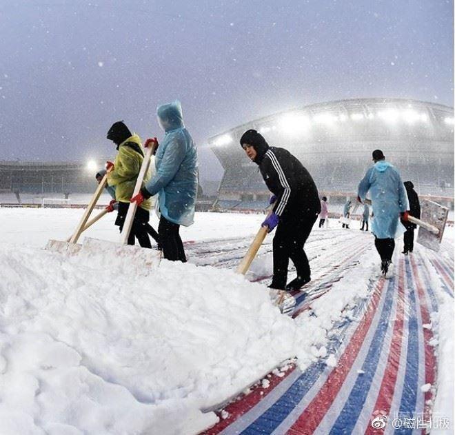 Những công nhân đang miệt mài dọn tuyết chuẩn bị cho trận chung kết.
