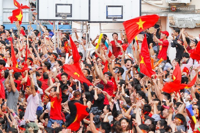 Không khí tưng bừng khắp mọi nơi trong trận chung kết giữa Việt Nam và Uzbekistan.