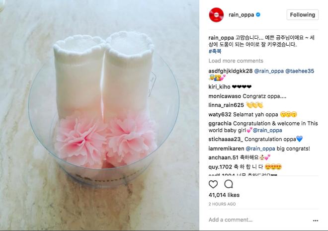 Giọng ca Love Song đăng tải hình đôi giày xinh xắn, báo tin vợ anh sinh một bé gái đáng yêu.