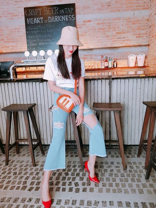 Chung sở thích diện jeans ống siêu rộng với Tường Linh còn có Chế Nguyễn Quỳnh Châu. Cô nàng kết hợp quần ống loe với áo thun trắng và phụ kiện giày đỏ cực nổi bật.